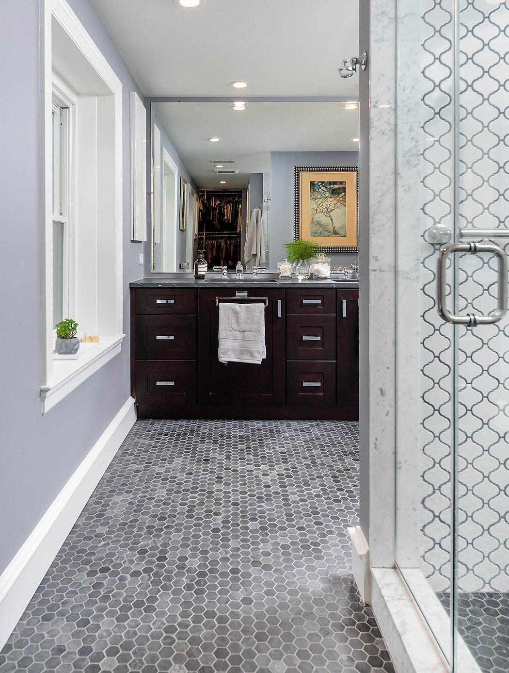 Hexagon-Tiled Bathroom Featuring Gray Tones